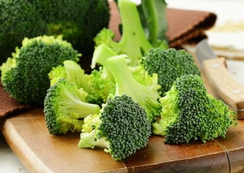 Broccoli pe tocător