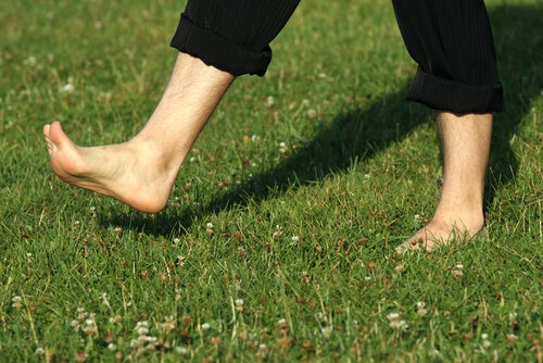 Mersul cu picioarele goale și beneficiile sale