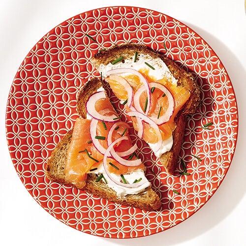 mic dejun cu pâine și somon