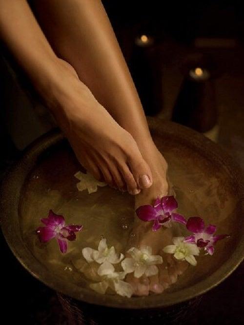Bătăturile de la picioare înmuiate în apă cu plante