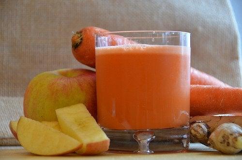 Băuturi din fructe amestecate cu morcovi
