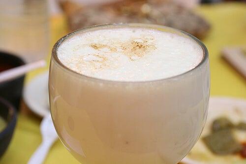 Beneficiile curcumei incluse într-un smoothie