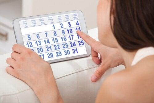 Femeie vizionând un calendar menstrual