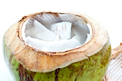 Nucă de cocos în creme pentru păr mătăsos