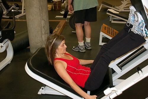 Exerciții pentru tonifierea picioarelor executate la aparat