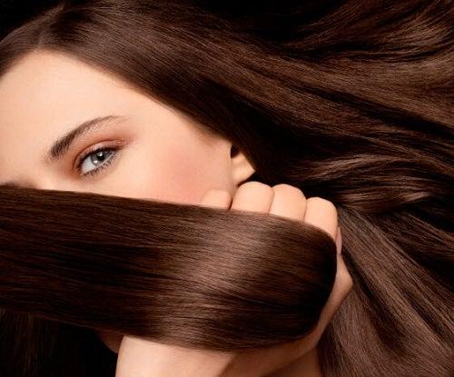 Femeie ce a aplicat creme pentru păr mătăsos