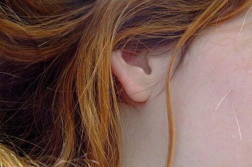 Femeie care pune în practică desfundarea urechilor în mod natural