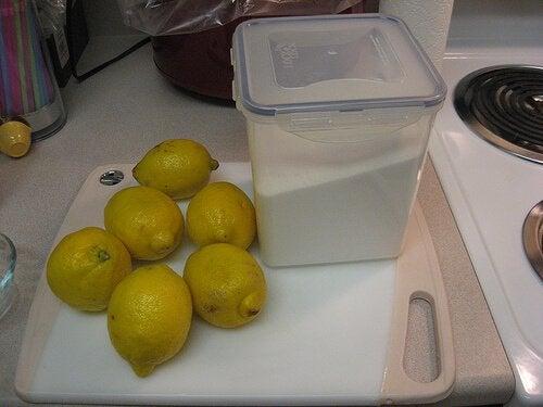 Lămâie folosită ca ingredient în ceara pentru epilarea cu zahăr