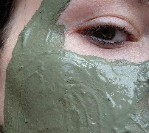 Mască facială cu argilă