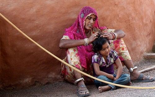 Femeie folosind remedii naturale pentru păduchi