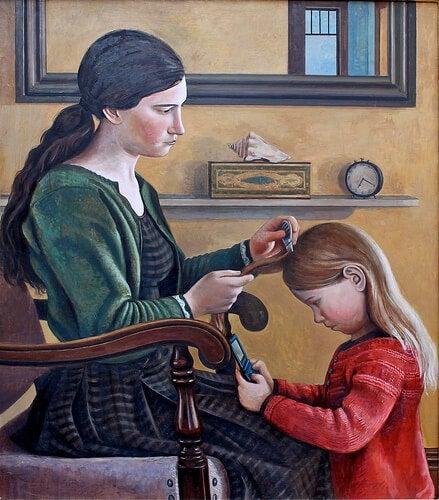 Mamă pietănând părul fiicei sale
