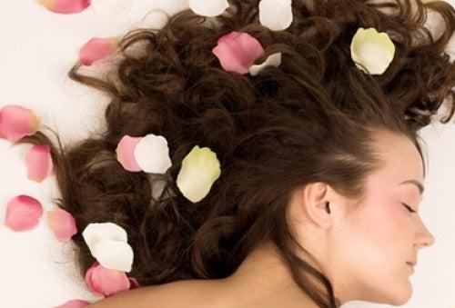 Cum să îți parfumezi părul în mod natural