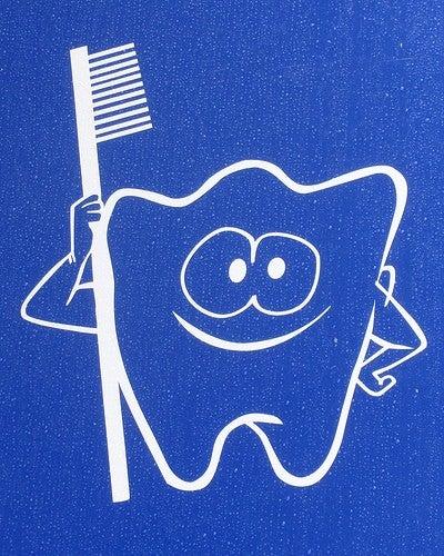 Periază-te des pentru a opri sângerarea gingiilor