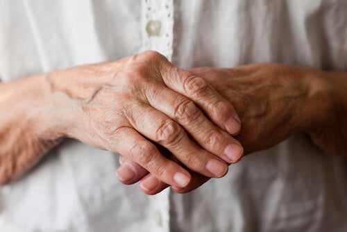Pocnitul degetelor la bătrâni