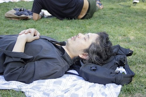 Poziția de dormit denumită soldat