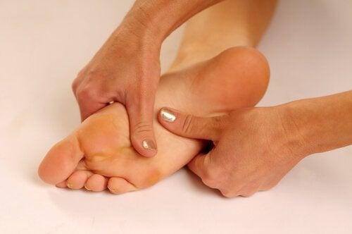 venele ridicate în spatele genunchiului picioarele se umflă noaptea în timp ce dormi