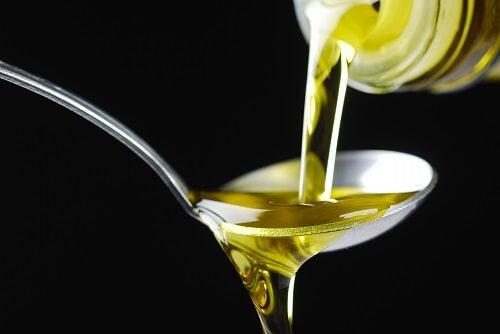 Lingură cu ulei de măsline