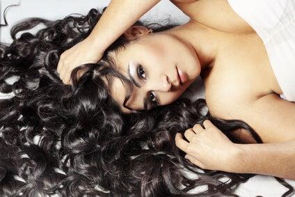 Vopsești părul negru