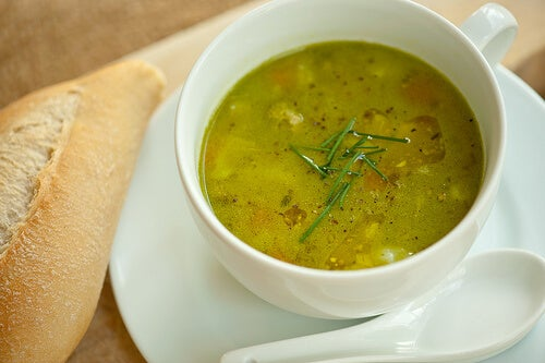 Castron cu supă pentru o cină sănătoasă care te ajută să slăbești
