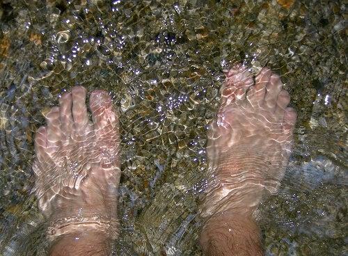 Picioare scufundate în apă