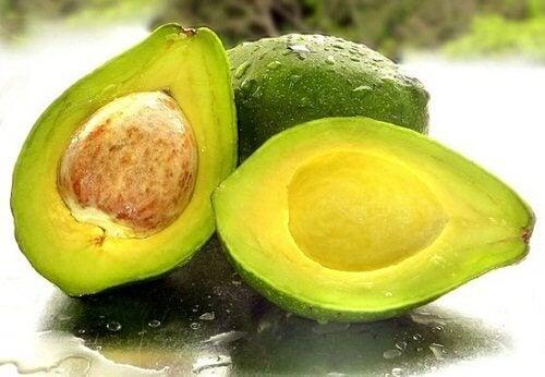 Cum să acoperiți firele de păr alb cu avocado