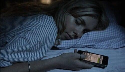 Adormind cu telefonul, ne vei avea un somn bun