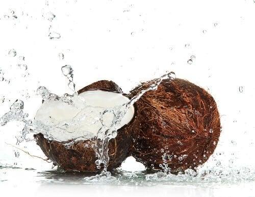 Alimente care hidratează pielea precum nuca de cocos