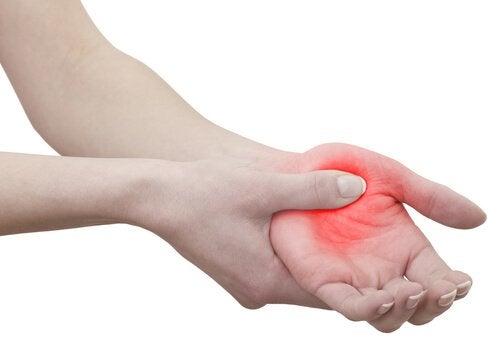 De ce îmi amorțesc mâinile în somn?