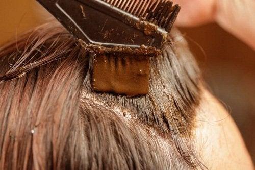 Cum să acoperiți firele de păr alb cu henna