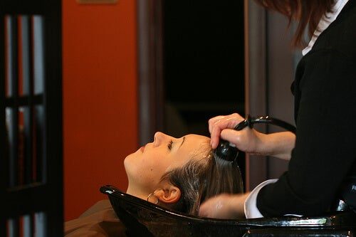 Femeie care caută rețete pentru șampon natural