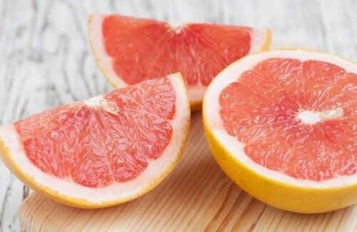 Grepfrutul inclus pe lista de alimente care hidratează pielea
