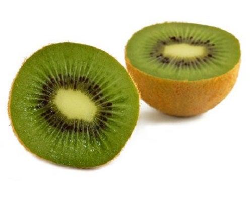 Kiwi pe lista de alimente care hidratează pielea