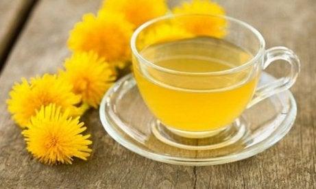 Păpădia pe lista de plante medicinale care elimină acidul uric în exces
