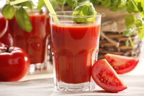 Roșiile sunt alimente care hidratează pielea