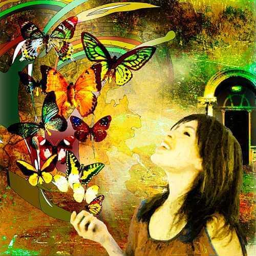 Tablou cu fluturi și femeie fericită