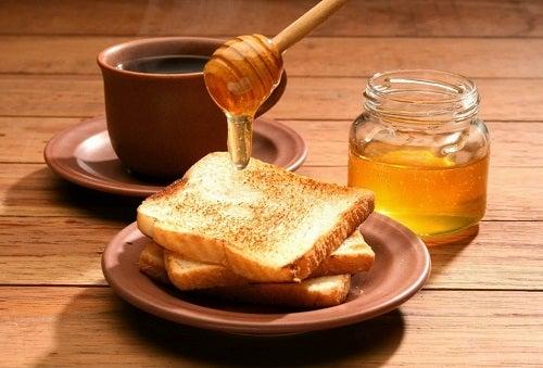 Călcâiele aspre și crăpate tratate cu miere
