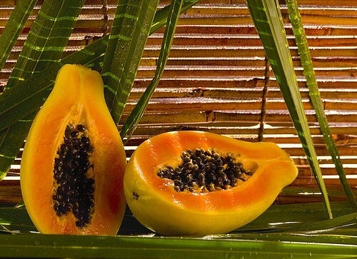 Călcâiele aspre și crăpate pot fi tratate cu papaya