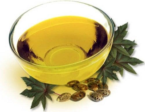 Călcâiele aspre și crăpate tratate cu ulei de ricin