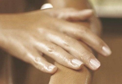 Care sunt cauzele mâinilor umflate?