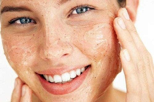 Curățarea feței cu un produs exfoliant