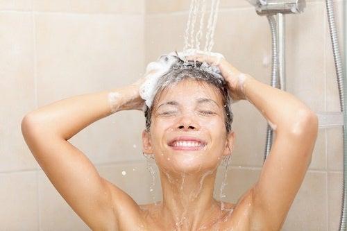 Faci duș zilnic – un obicei dăunător?