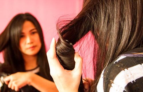 Fată ce utilizează măști pentru părul creț
