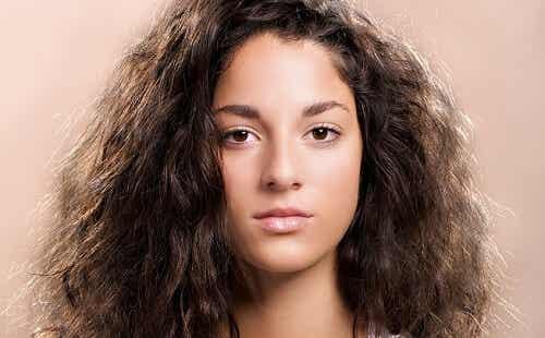 8 remedii naturale pentru părul rebel