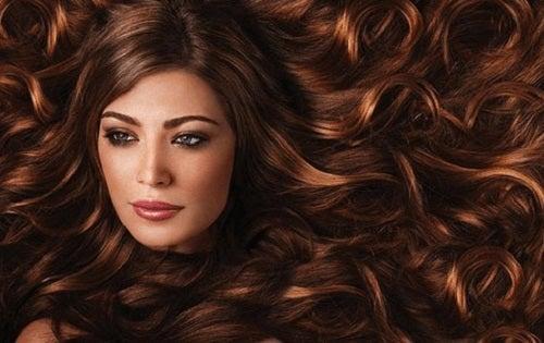 Femeie ce aplică remedii naturale pentru părul rebel