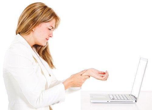 Femeie care suferă de sindromul de tunel carpian