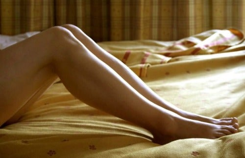 Firele de păr crescute sub piele pe picioare