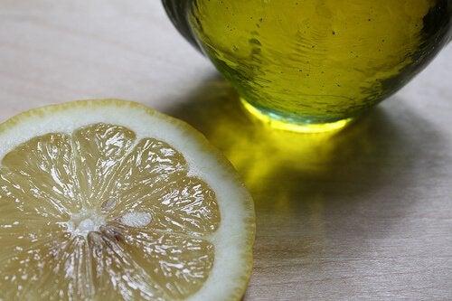Lămâia este printre cele mai bune soluții împotriva transpirației excesive