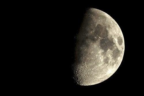Luna îți afectează viața în funcție de fazele sale