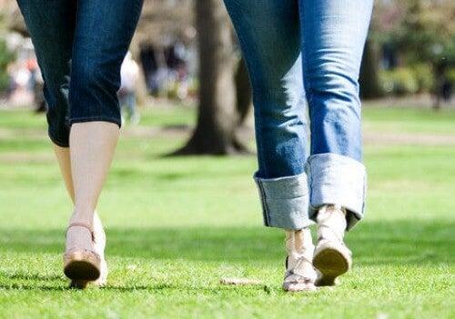 Femei plimbându-se în parc