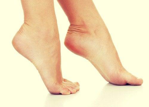 Mirosul neplăcut din pantofi afectând călcâie